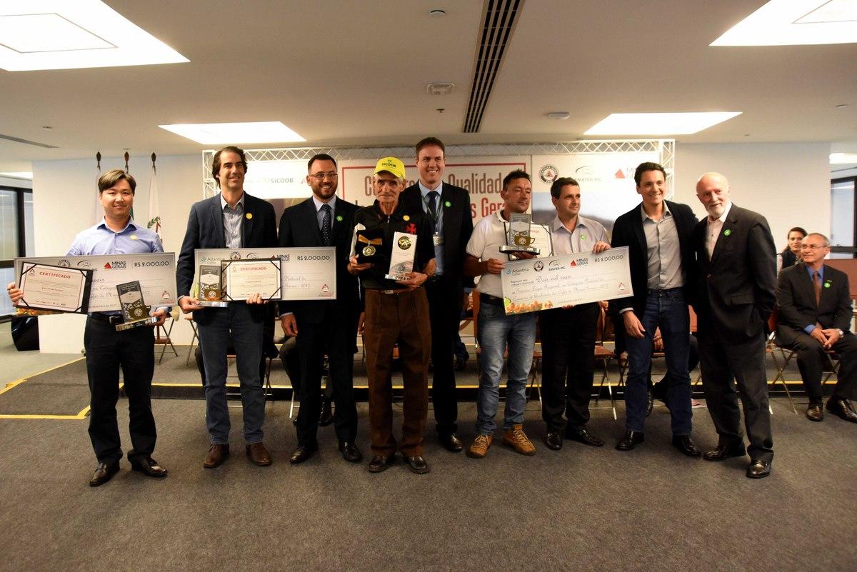 Produtores finalistas do concurso posam com a premiação