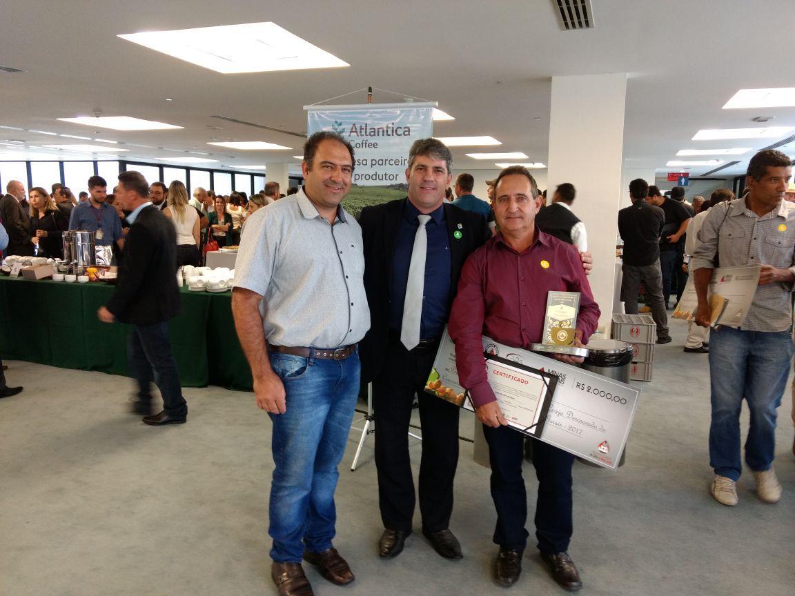 Reitor Marcelo Bregagnoli e Fernando Barbosa (representante do Conselho de Café da Amog) e o finalista João Onofre da Silva posam para foto