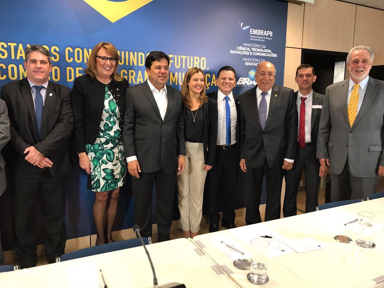 Autoridades no palco do auditório do MEC para foto oficial.