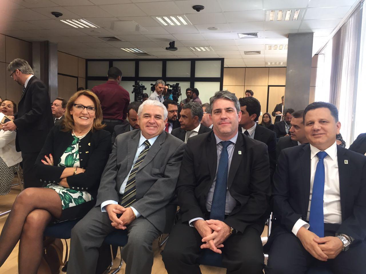 Autoridades participam da cerimonia realizada no auditório do Ministério da Educação.