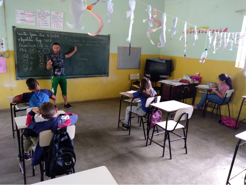 Camilo apresenta conceitos em losa para alunos em sala de aula